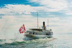 Dampfboot, das auf den See schwimmt Lizenzfreie Stockbilder