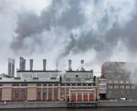 Dampfende Schornsteine einer Fabrik ökologisches Krisenfoto Lizenzfreie Stockfotos