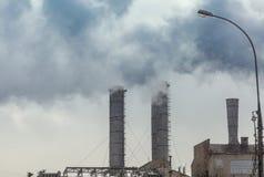 Dampfende Schornsteine einer Fabrik Lizenzfreie Stockfotos