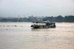 Dampfer im Fluss Ganga Lizenzfreies Stockfoto