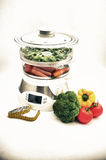 Dampfer mit Gemüse und messendem Band Lizenzfreies Stockbild