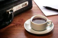 Dampfige heiße schwarze Kaffeetasse beim Geschäftstreffen Lizenzfreie Stockfotos
