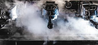 Dampfiges Espressomaschinenaufwärmen stockfotografie