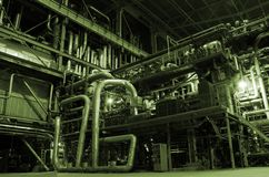 Dampfkessel, Strichleitern und Rohre Stockfoto