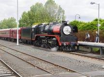 Dampflokomotive, die den Bahnhof in Melbourne einträgt Stockbild