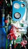 Dampfmaschine mit Rohren, Rohren und Messgeräten Stockfotografie