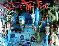 Dampfmaschine mit Rohren, Rohren, Ventil und Messgeräten Stockfotos