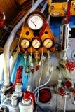 Dampfmaschine mit Rohren und Messgeräten Stockfotografie
