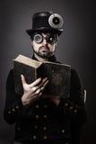 Dampfpunkmann, der ein Buch liest stockfotografie