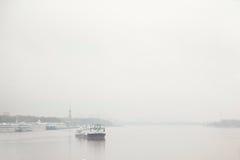 Dampfschiff im Nebel Stockfotos