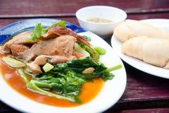 Dampfschweinefleischfahrwerkbein mit Soße und Gemüse Stockfotos