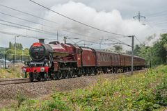 Dampfzug auf einer modernen Eisenbahn stockfotos
