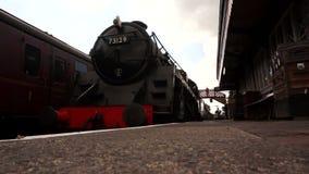 Dampfzug, der zu Station A kommt stock footage
