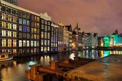 Damrak,阿姆斯特丹夜视图  免版税库存图片