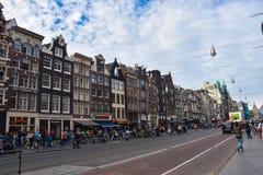 Damrak Straße in der Mitte von Amsterdam, zwischen der zentralen Bahnstation und dem Verdammungsquadrat lizenzfreies stockbild