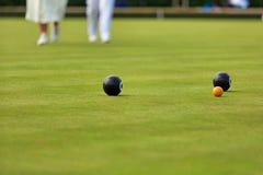 Damtoalett som spelar gräsmattabunkar royaltyfri foto