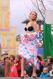 Damunderklädermode på catwalken Royaltyfri Bild