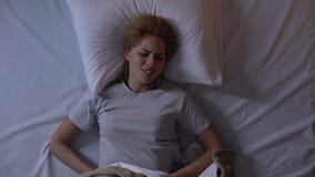Damy czuciowego ostrza niski brzuszny ból podczas dosypiania, cierpienie od cystitis zbiory wideo