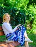 Damy freelancer pracuje w parku Wi fi sieci związku wolny dostęp Kobieta z laptopem pracuje plenerową, zieloną naturę, zdjęcie royalty free