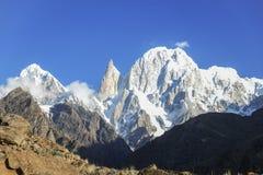Damy Hunza i palec osiągamy szczyt z śniegiem nakrywającym zdjęcia stock