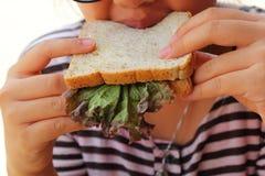 Damy je tuńczyk kanapkę z entuzjazmem obrazy royalty free