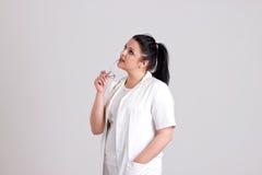 Damy lekarka w operacj ubraniach jest Przyglądająca Up Obraz Stock
