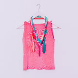 Damy moda Drewniani koraliki z jaskrawą kolor koszula wanilia s Zdjęcie Royalty Free