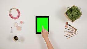 Damy ` s palca Scrolling na Zielonym ekranie sensorowym zdjęcie royalty free