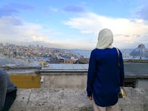 Damy spojrzenia przy Marmara jeziorem na Europejskiej stronie Istanbuł fotografia stock