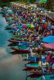 Damy sprzedawania jedzenie od łodzi, Tajlandia obraz royalty free