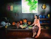 Damy Tajlandia być ubranym Tajlandzki robi jedzeniu fotografia stock
