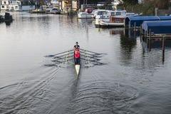 Damy wiosłuje w łodzi fotografia stock