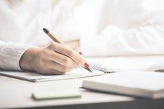 Damy writing w notepad zdjęcia royalty free