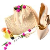 Damy zdosą, buty, biżuteria, kosmetyki i pachnidła na w, obraz royalty free