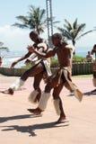 Dança africana do tribo Zulu imagens de stock