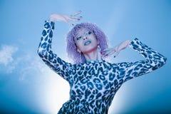 Dança afro da mulher do partido 'sexy' isolada em um backgro elegante azul Fotografia de Stock Royalty Free