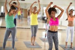 Dança alegre das mulheres no gym fotos de stock royalty free