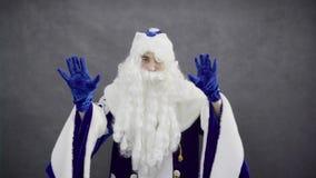 Dança alegre de Santa Claus contra o fundo preto vídeos de arquivo
