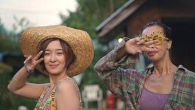Dança asiática da mãe e da filha em sua jarda no país filme