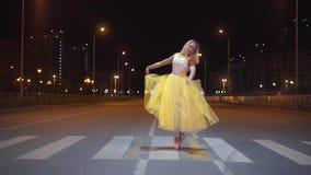 Dança bonita da bailarina em uma rua da cidade video estoque