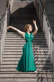 Dança bonita da menina na cidade Imagens de Stock
