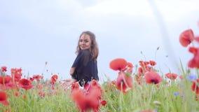 Dança bonita da moça em um campo da papoila que sorri felizmente Conex?o com a natureza Lazer na natureza florescer vídeos de arquivo