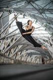 Dança bonita da moça em uma ponte Imagem de Stock Royalty Free