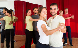 Dança bonita da mulher com homem Fotos de Stock