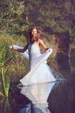 Dança bonita da mulher em águas do lago fotografia de stock royalty free