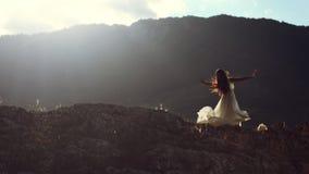 Dança bonita da mulher na luz da noite Imagens de Stock Royalty Free