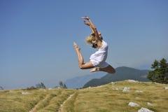 Dança bonita da mulher na natureza Imagem de Stock Royalty Free