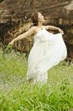 Dança bonita da mulher no campo de flores Fotos de Stock Royalty Free