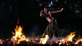 Dança bonita da mulher no fogo vídeos de arquivo