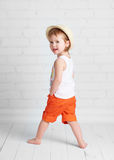Dança bonita feliz do hip-hop da dança do dançarino do bebê fotos de stock royalty free